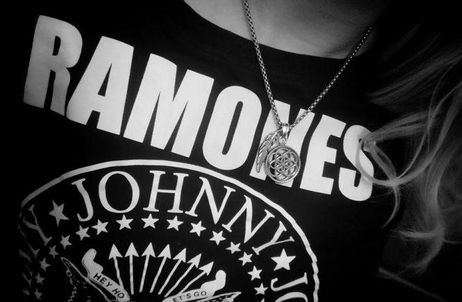Ines Kater, Grafikdesignerin, Illustratorin, selbstständig, Ramones, Rock 'n' Roll, Punk, Fashion, Kette, Traumfänger, schwarzweiß, Frau, girl